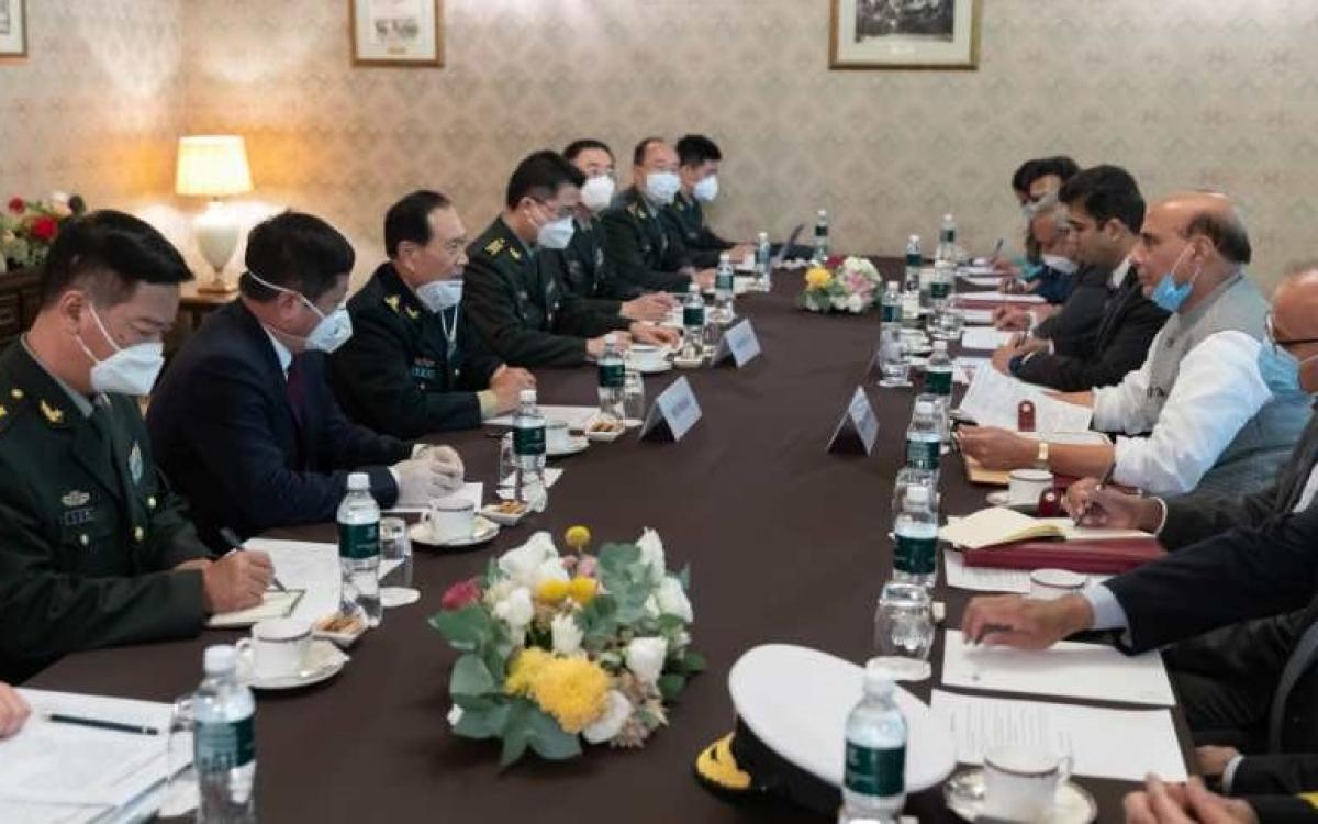 Cuộc gặp giữa Bộ trưởng Quốc phòng Trung Quốc và Ấn Độ tại Nga. Ảnh: Tân Hoa xã.