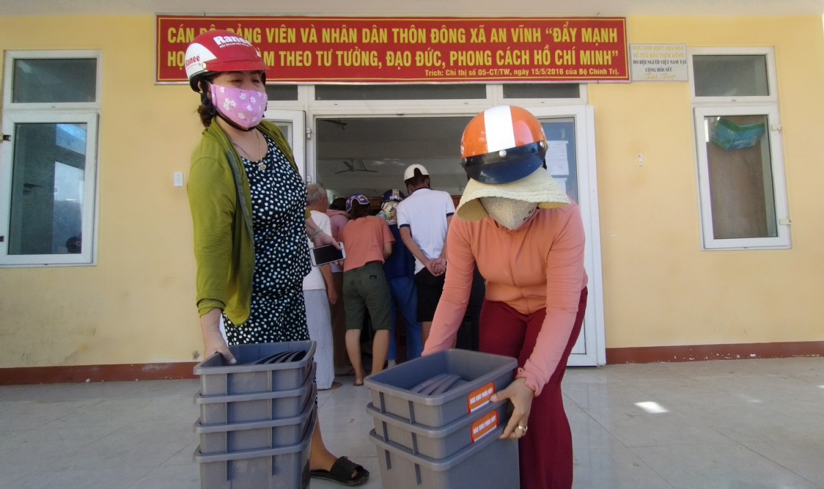 Người dân tham gia mô hình thí điểm phân loại rác thải được cấp phát thùng rác.