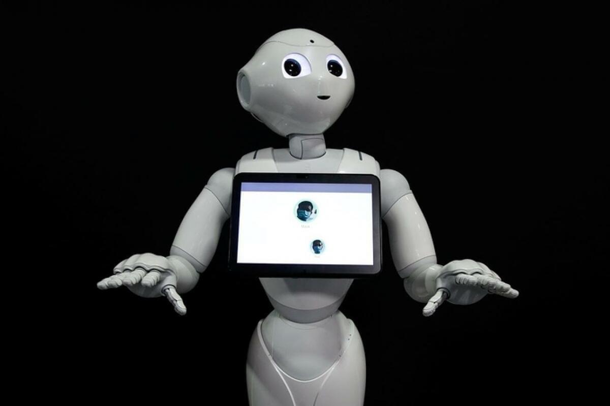 Robot Pepper phát hiện con người có hay không đeo khẩu trang, trưng bày tại nhà phát triển robot SoftBank Robotics ở Paris, Pháp, ngày 8/9. Ảnh: Reuters.