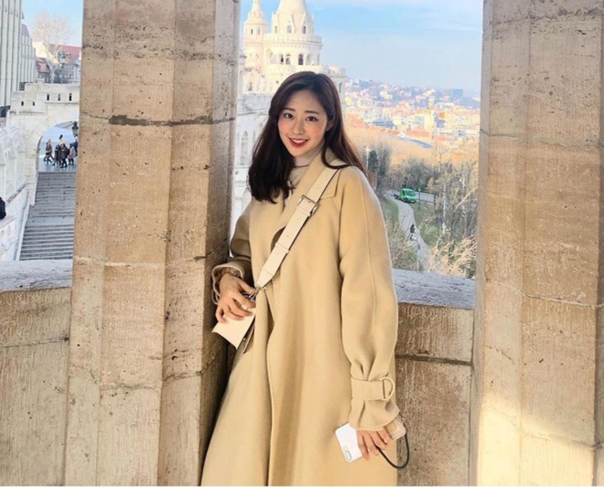 Phụ kiện túi luôn đồng hành cùng Hoa hậu trong mỗi chuyến du lịch.