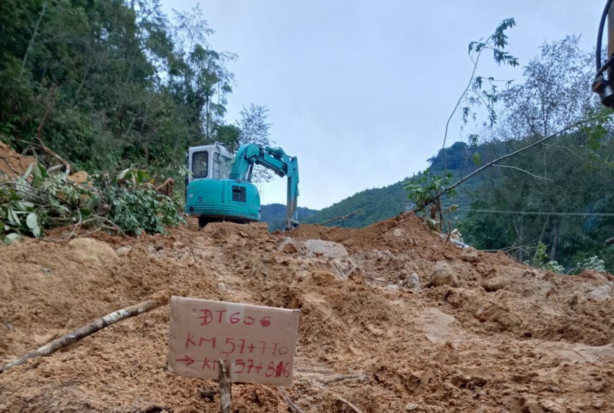 Điểm sạt lở trên tỉnh lộ 606 đoạn giáp ranh 2 xã AXan và Ch'ơm, huyện Tây Giang.