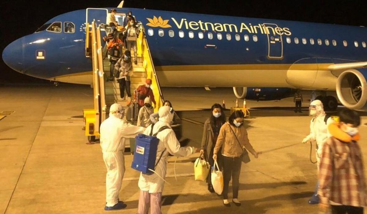 Trong quá trình làm thủ tục hành khách (check-in): hãng hàng không yêu cầu hành khách xuất trình và kiểm tra hộ chiếu, thị thực nhập cảnh và các giấy tờ tương đương; giấy xác nhận âm tính với SARS-CoV-2 theo phương pháp realtime PCR trong vòng 03 ngày trước khi lên máy bay.