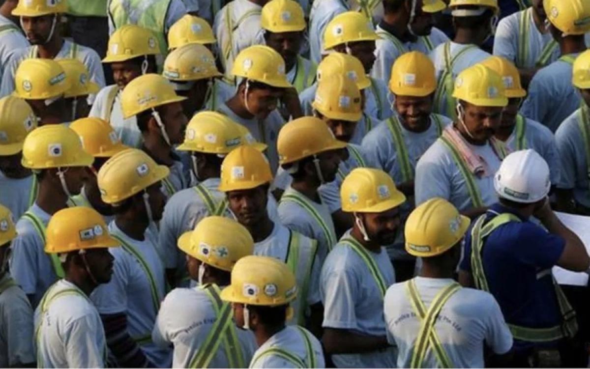 Công nhân nhập cư tại một công trường xây dựng ở Singapore. Ảnh: Twitter.