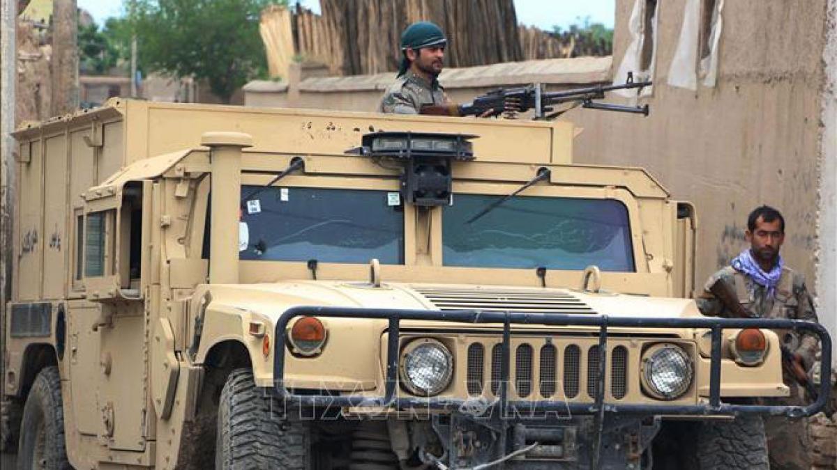 Lực lượng an ninh Afghanistan giao tranh với phiến quân Taliban ở tỉnh Kunduz ngày 13/4/2019. Ảnh: THX/TTXVN