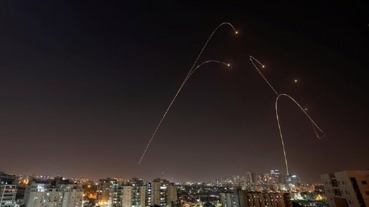 Tên lửa từ Gaza bắn vào miền nam Israel - Ảnh Reuters.