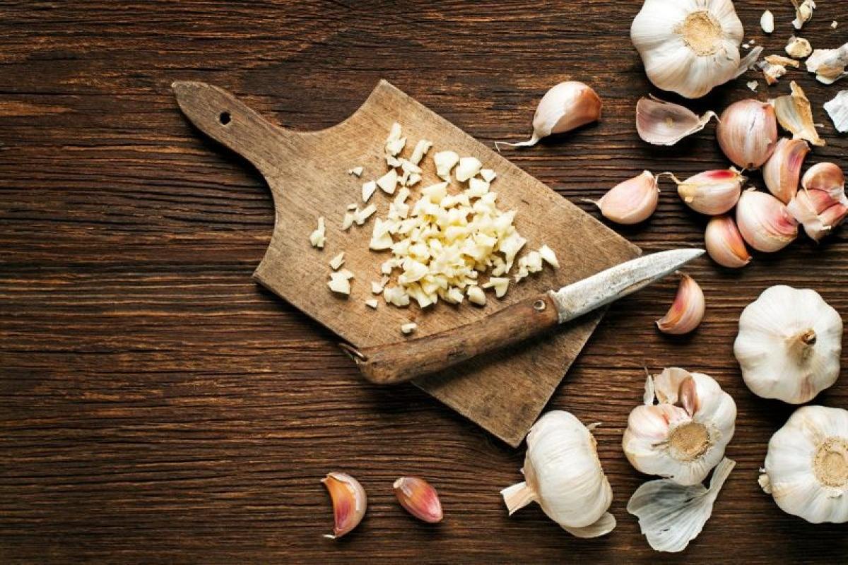 Tỏi: Nhờ có tính kháng viêm siêu việt, tỏi là một siêu thực phẩm có khả năng hỗ trợ nhiều cơ quan trong cơ thể, bao gồm cả thận. Tỏi giàu các chất vitamin C, B6 và man-gan giúp giảm viêm; hơn nữa tỏi còn giúp món ăn thêm đậm đà mà không cần tới muối.