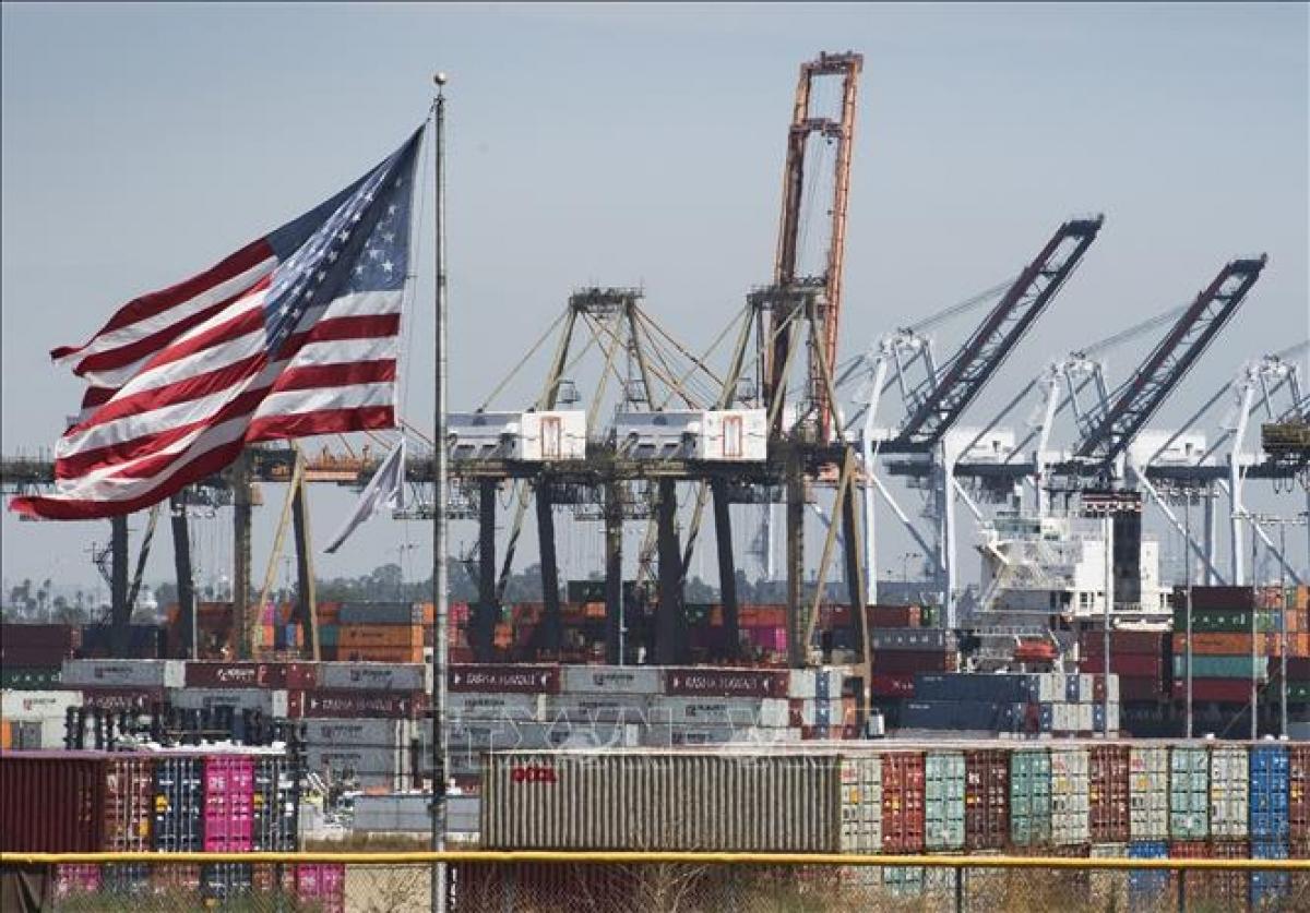 Hàng hóa tại cảng Los Angeles ở Long Beach, California, Mỹ, ngày 14/9/2020. Ảnh: AFP/TTXVN