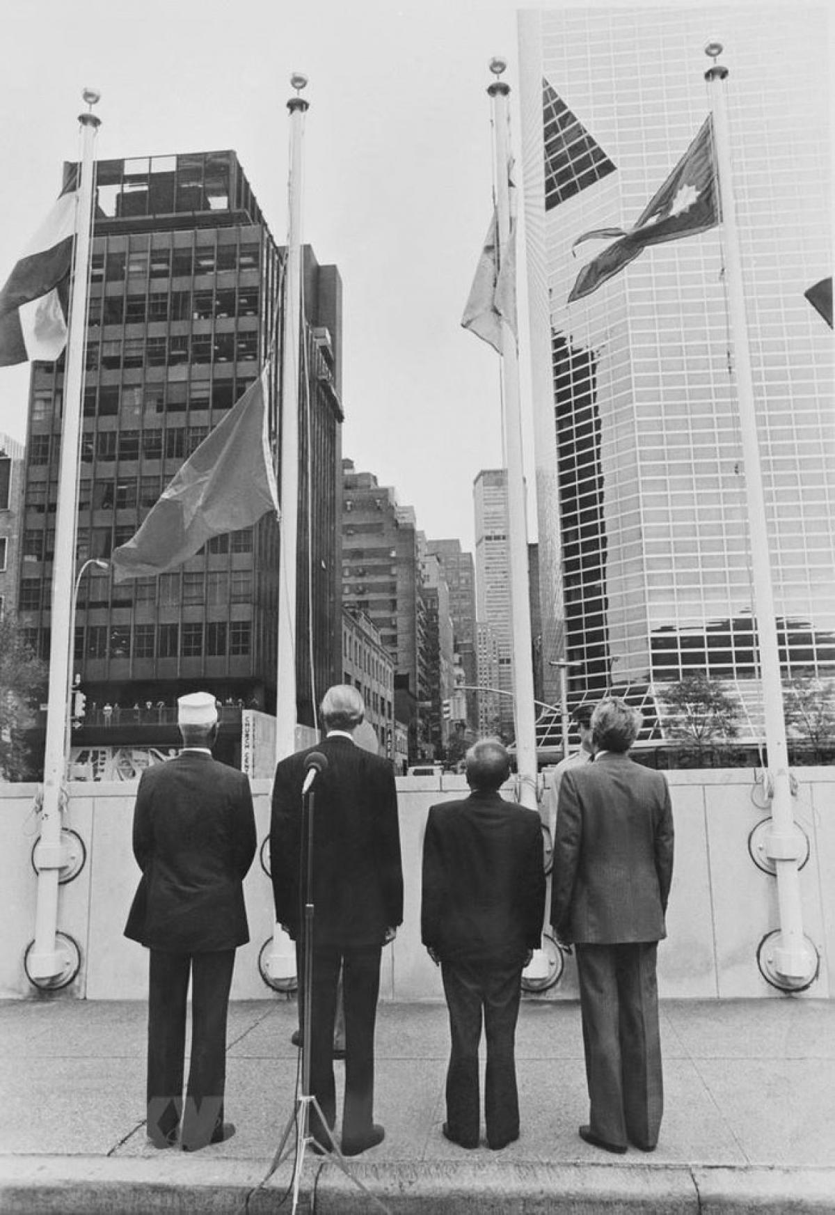 Lễ kéo cờ Việt Nam tại trụ sở LHQ ngày 20/9/1977, đánh dấu sự kiện Việt Nam chính thức là thành viên của tổ chức lớn nhất hành tinh này. (Ảnh: TTXVN)