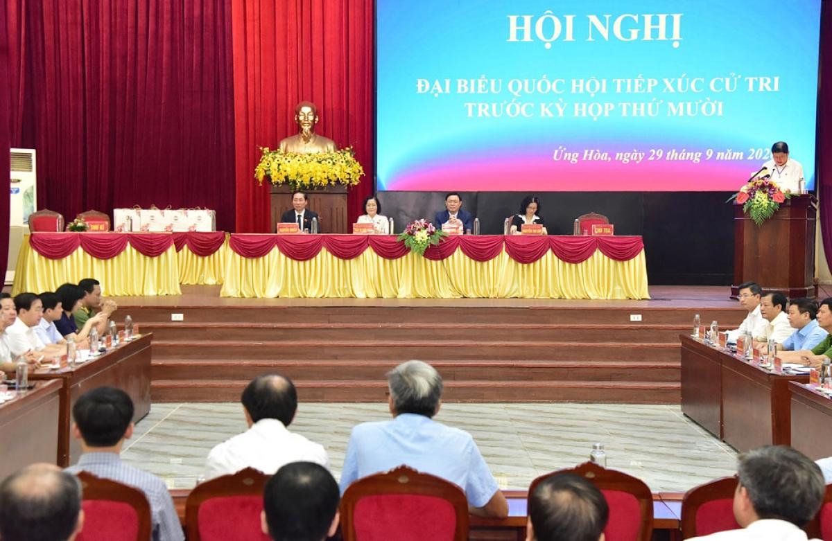 Bí thư Thành ủy Hà Nội Vương Đình Huệ tiếp xúc cử tri huyện Ứng Hòa. (Ảnh: Hà Nội Mới)