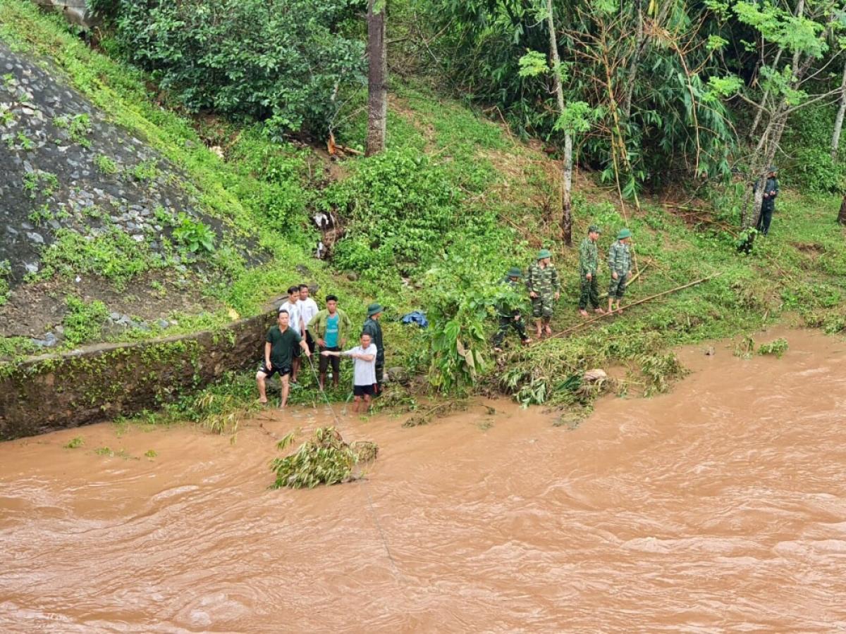 Lực lượng cứu nạn tìm kiếm nạn nhân trên sông Đakrong