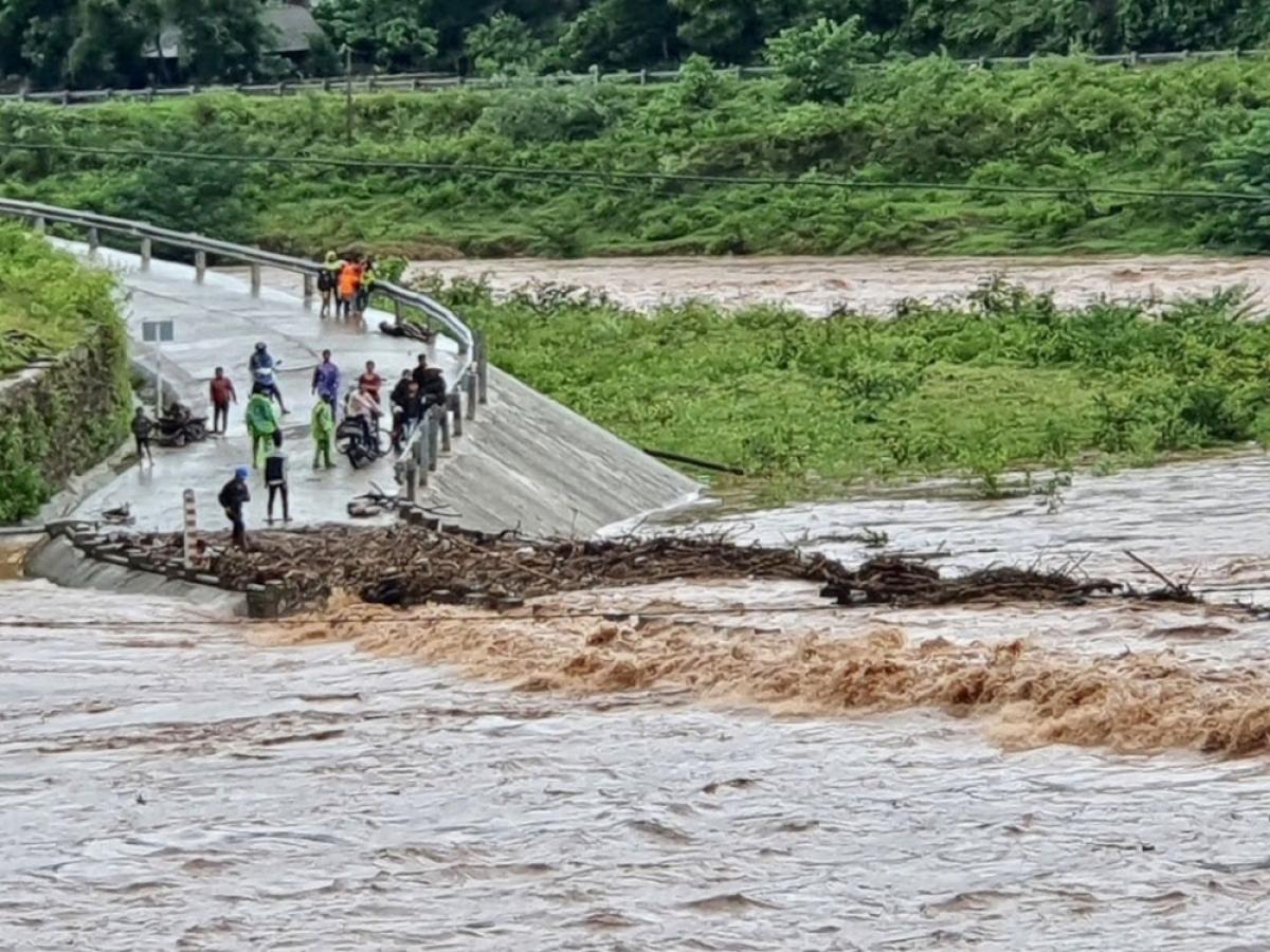 Nước dâng cao tràn vào khu tái định cư xã Tà Rụt gây ngập chia cắt.