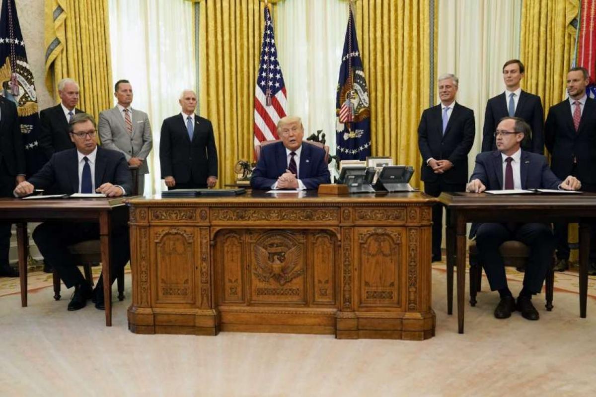 Tổng thống Mỹ Donald Trump và Tổng thống Serbia Aleksandar Vucic, người đứng đầu chính quyền Kosovo Avdullah Hoti tại lễ ký thảo thuận ở Phòng Bầu dục tại Nhà Trắng ngày 4/9/2020. Ảnh: AP