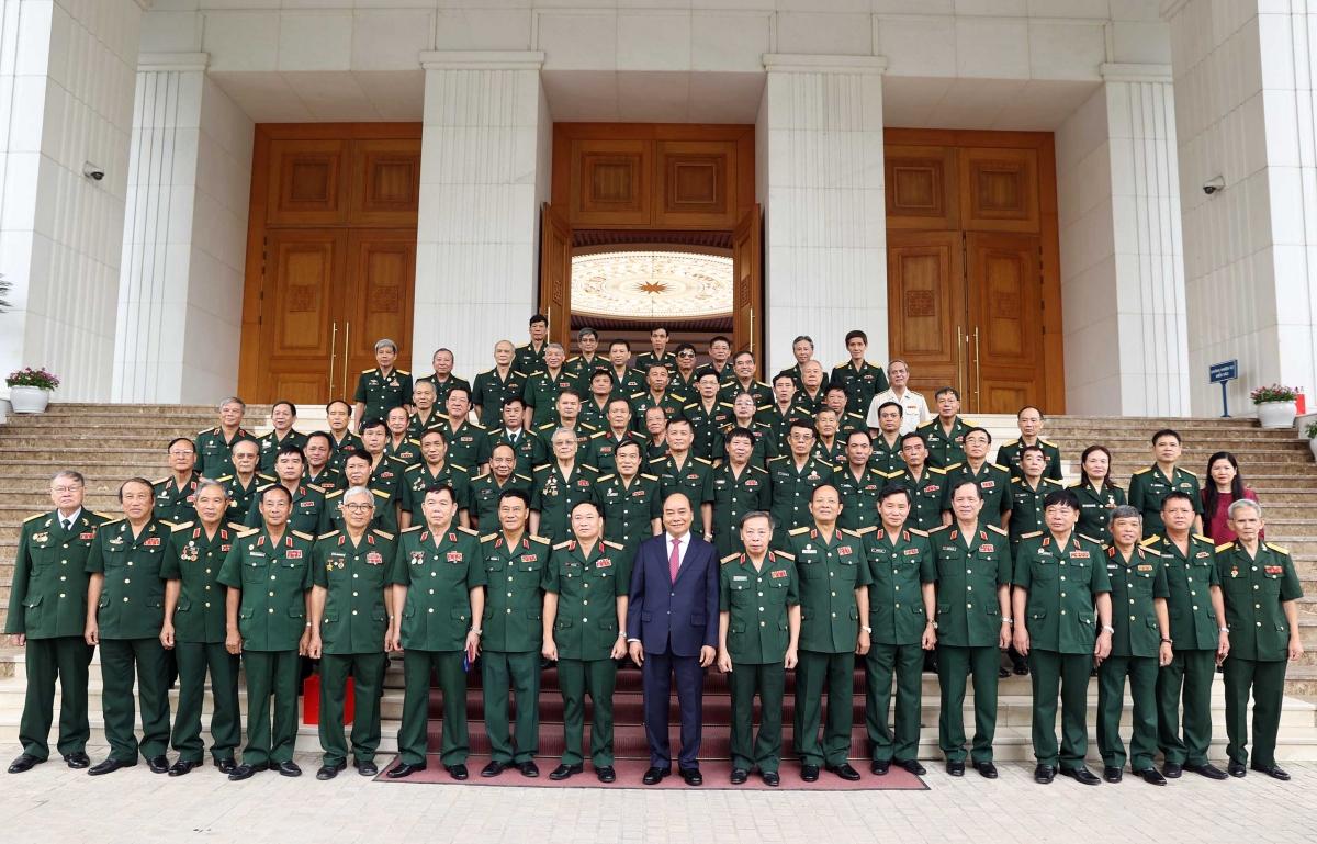 Thủ tướng chụp ảnh lưu niệm với Đoàn đại biểu tướng lĩnh, sĩ quan Cục Tác chiến