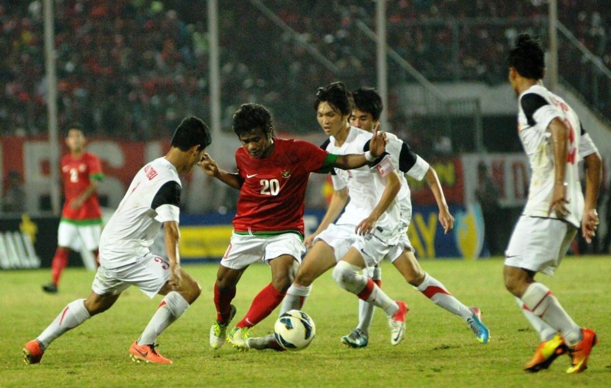 """Hình ảnh trận đấu U19 Indonesia thi triển lối đá """"triệt hạ"""" trước U19 Việt Nam 7 năm trước. (Ảnh: Bola)."""