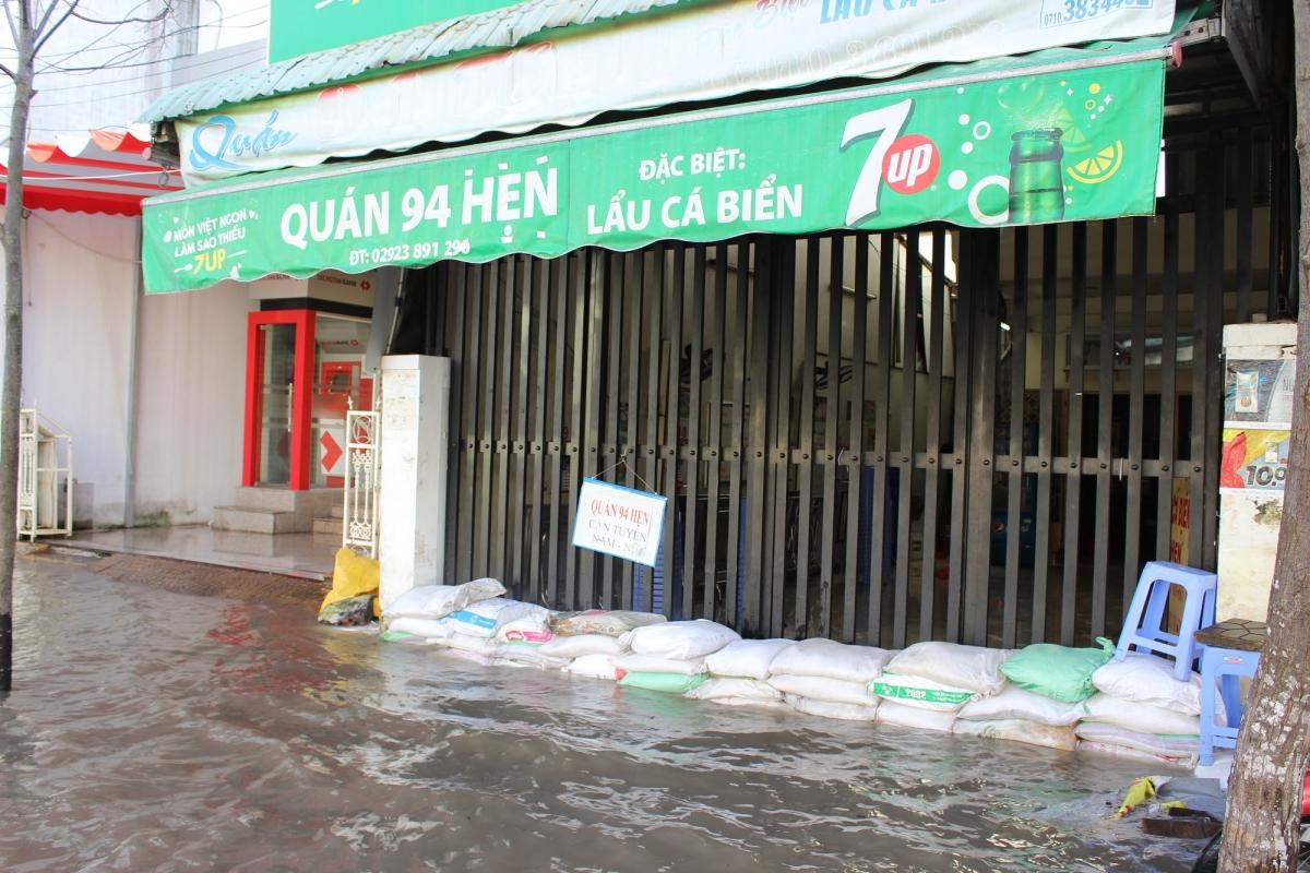 Hàng quán tại thành phố Cần Thơ đóng cửa vì triều cường dâng cao