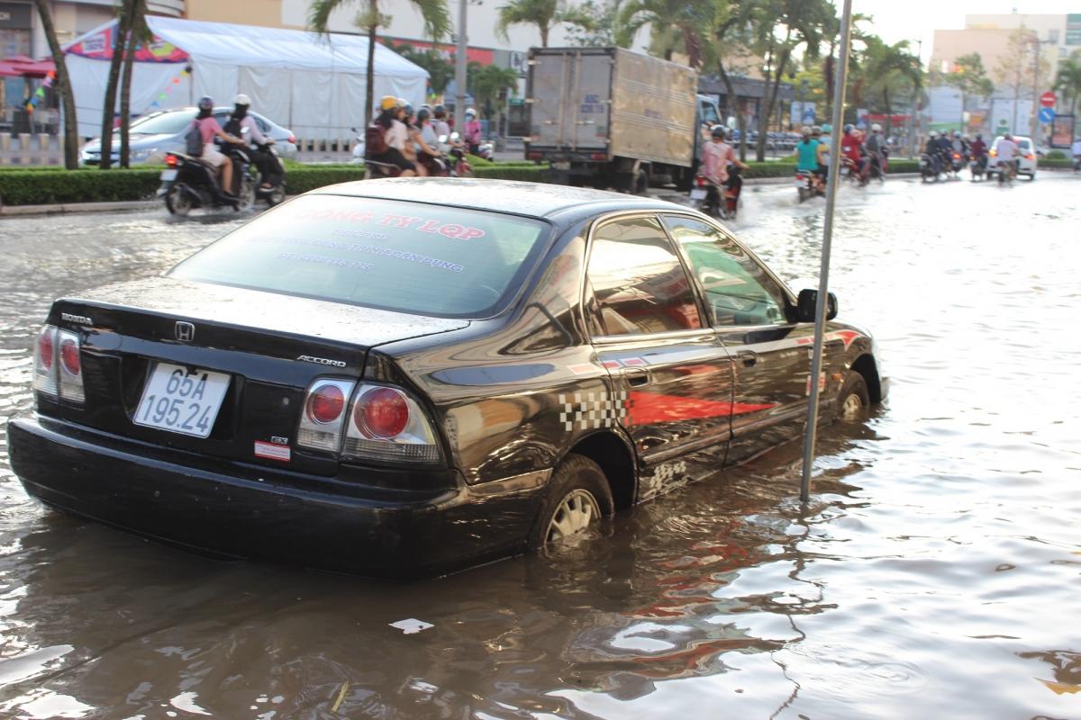 Nước ngập xe không thể lưu thông trong nội ô quận Ninh Kiều, Cần Thơ.