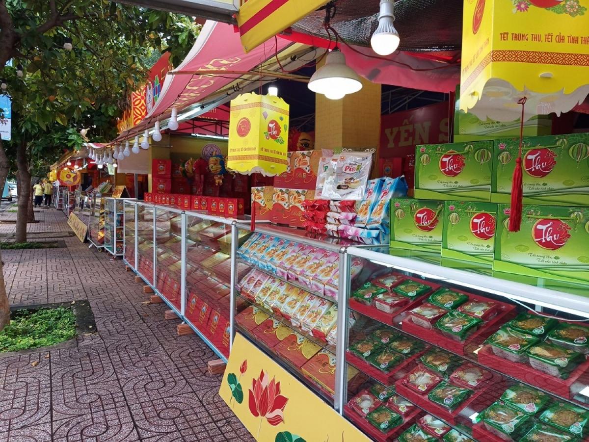 Những quầy hàng trên đường Lê Thánh Tông vắng bóng khách