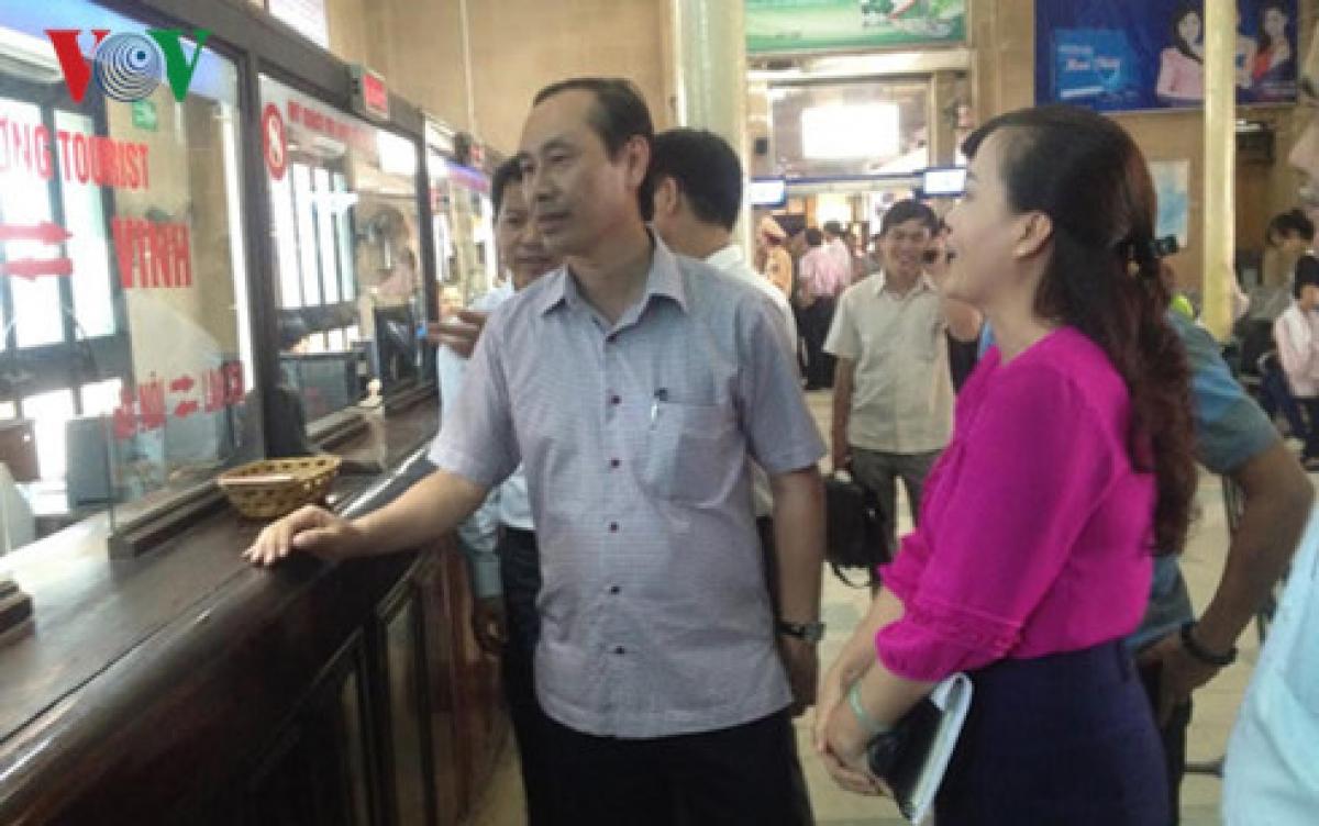 Lãnh đọa Bộ GTVT đi kiểm tra công tác bán vé tàu Tết tại Ga Hà Nội.