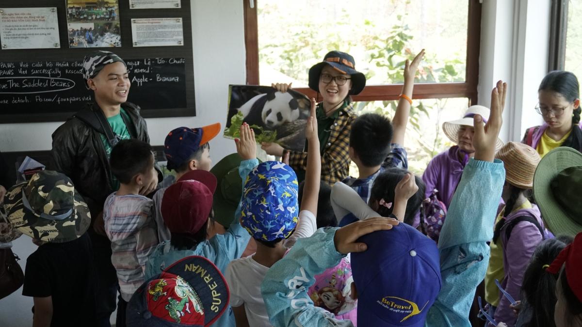 Du khách tham gia các hoạt động tại Cơ sở Bảo tồn gấu Ninh Bình. Ảnh: FOUR PAWS Việt.