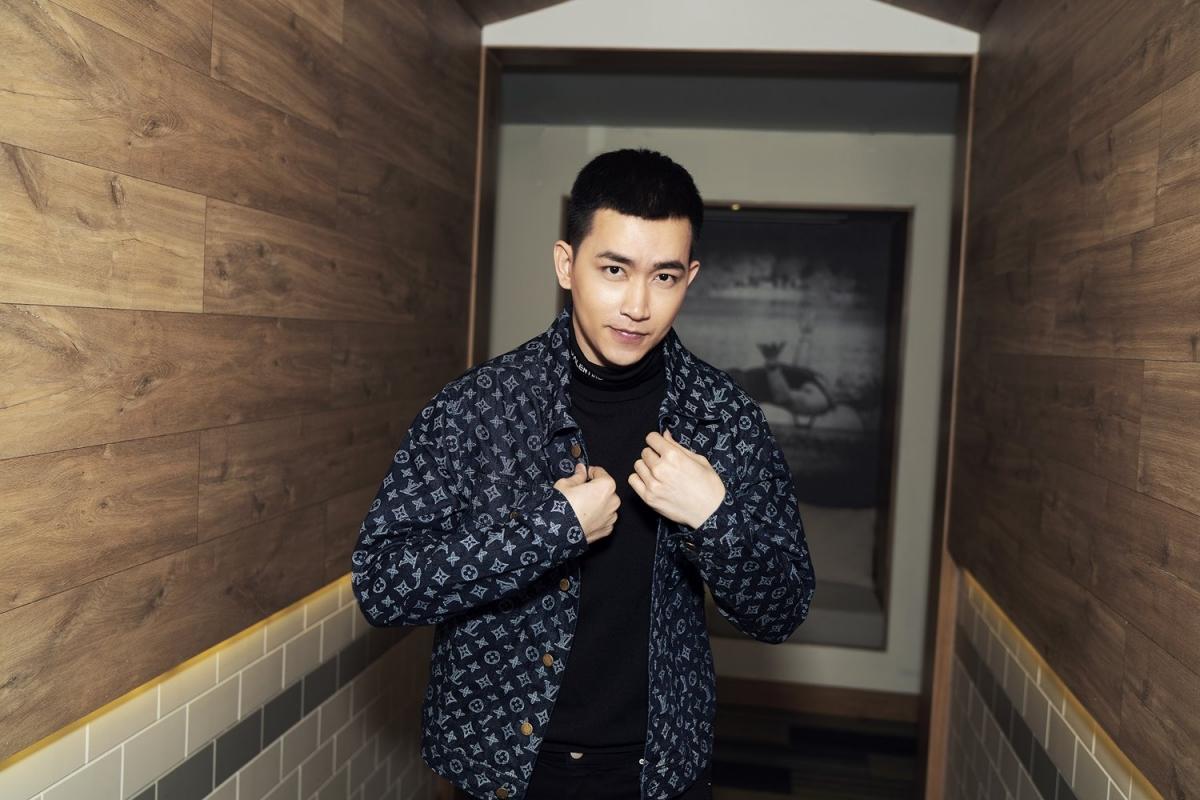 """Võ Cảnh được biết đến là một trong những người mẫu/diễn viên sáng giá của showbiz Việt. Sở hữu chiều cao lý tưởng, body """"cực phẩm"""" và gương mặt điển trai, anh luôn nằm trong top những mỹ nam được khán giả yêu thích."""