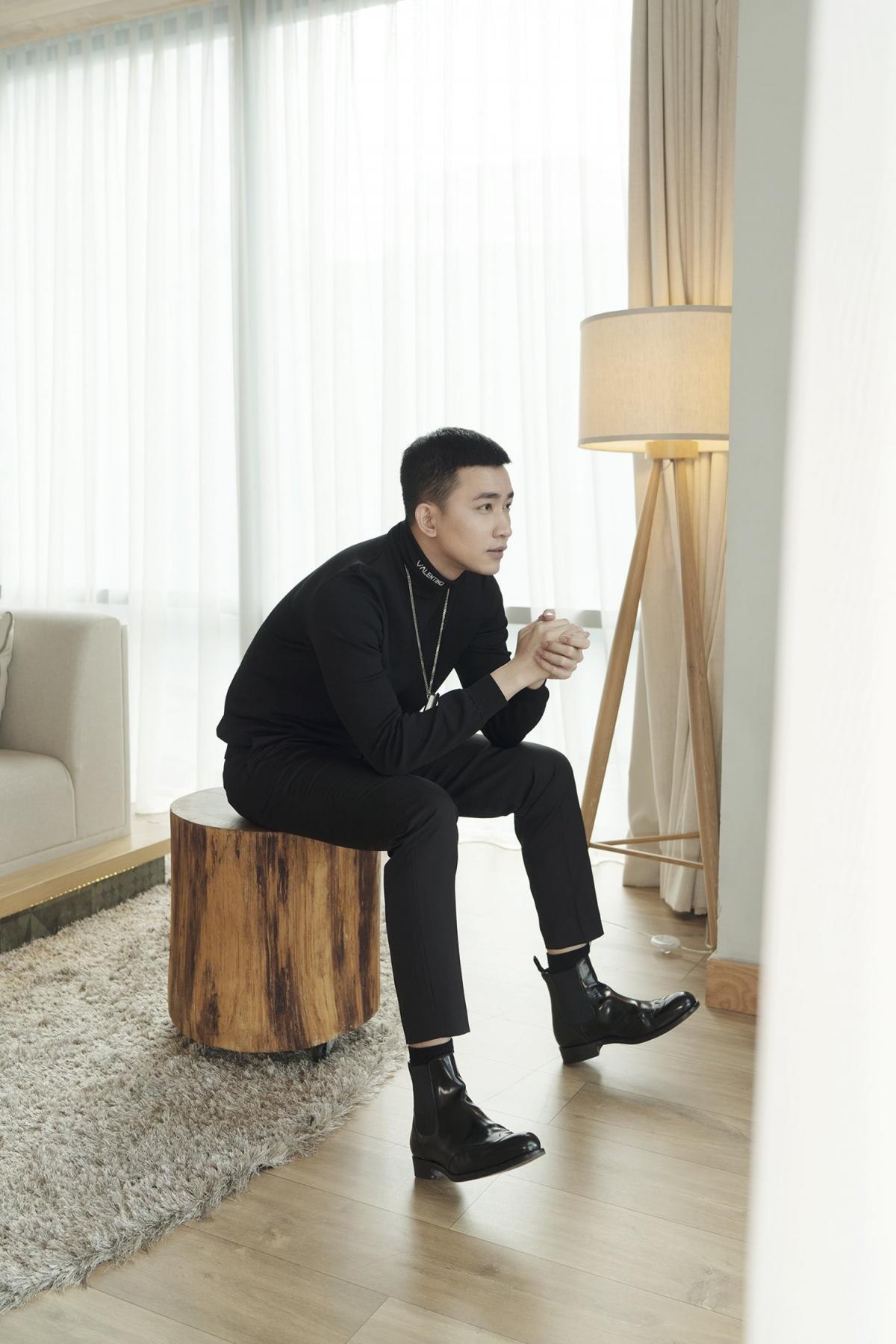 """Mới đây, Võ Cảnh tiếp tục cho khán giả thấy sự nam tính, quyến rũ """"cực mạnh"""" của mình trong bộ ảnh mới. Khí chất và độ menly khiến ai nhìn cũng dễ dàng say đắm."""