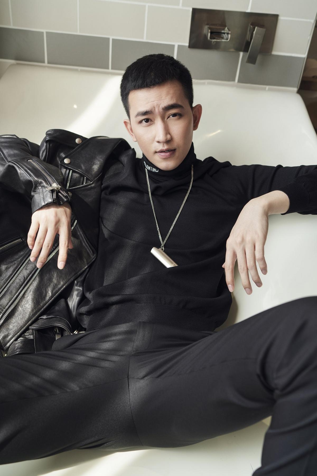 """Có thể thấy, Võ Cảnh được """"thiên phú"""" một ngoại hình đầy cuốn hút, xứng danh là một trong những """"nam thần"""" của showbiz Việt."""