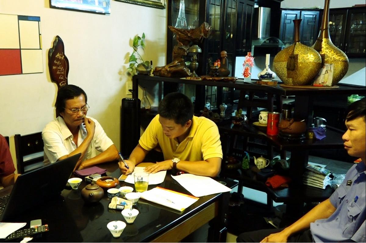 Cơ quan chức năng khám xét khẩn cấp nơi ở của đối tượng Hoàng Xuân Cường ở huyện Bố Trạch