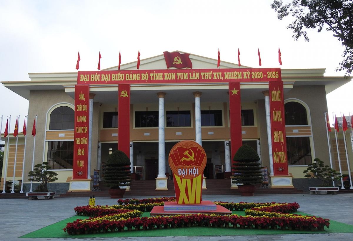 Từ nhiều ngày nay, thành phố Kon Tum đã rực rỡ cờ, hoa chào đón 346 đại biểu đại diện cho trên 29.000 đảng viên toàn Đảng bộ tỉnh về dự Đại hội. Trong buổi chiều 22/9 diễn ra phiên Đại hội trù bị tại Hội trường Ngọc Linh.