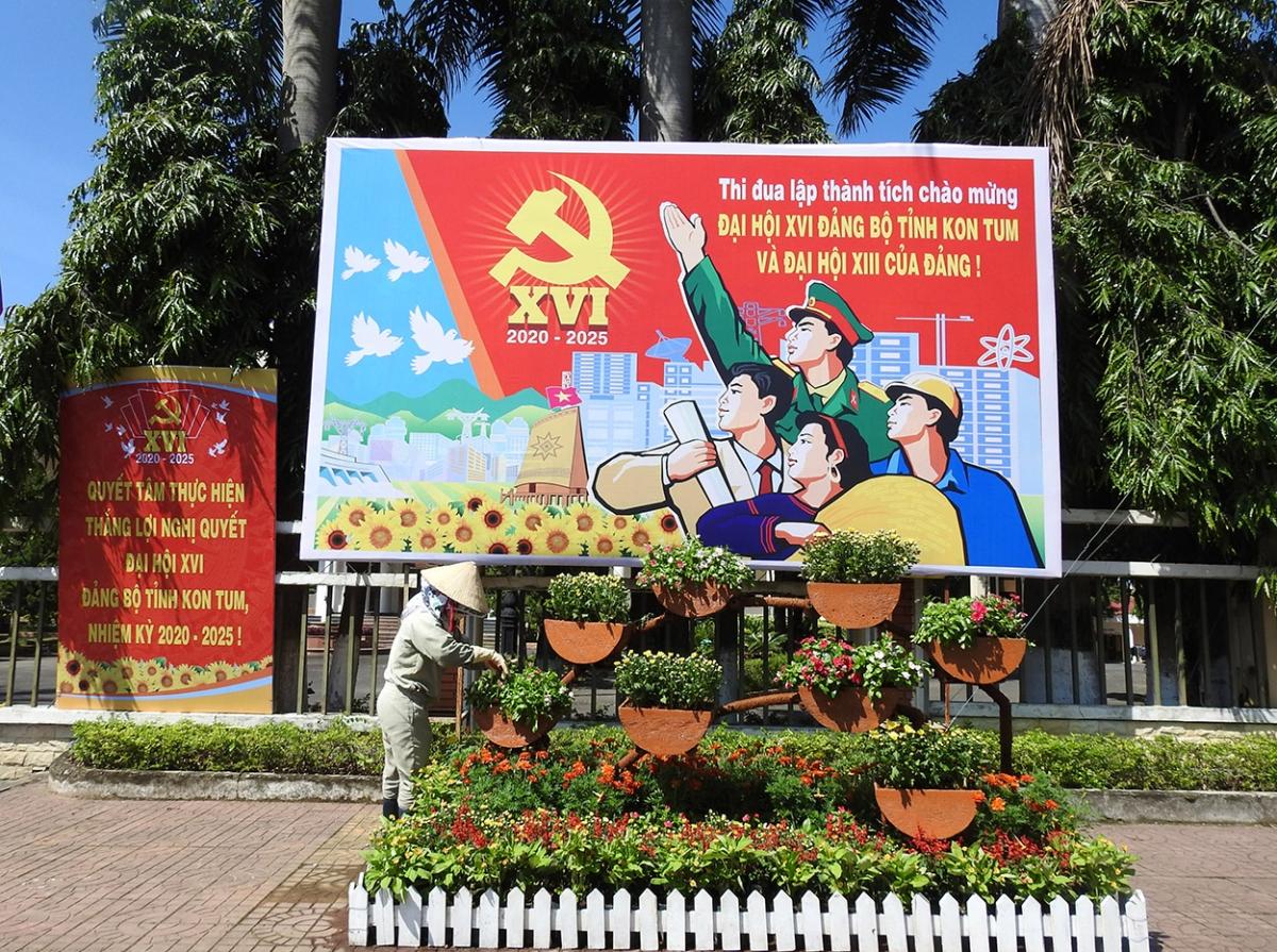 Từng con đường, góc phố, vườn cây ở thành phố Kon Tum được chăm chút, cắt tỉa gọn gàng, trang trí công phu tạo sức sống mới chào mừng Đại hội Đại biểu Đảng bộ tỉnh Kon Tum lần thứ XVI, nhiệm kỳ 2020-2025.
