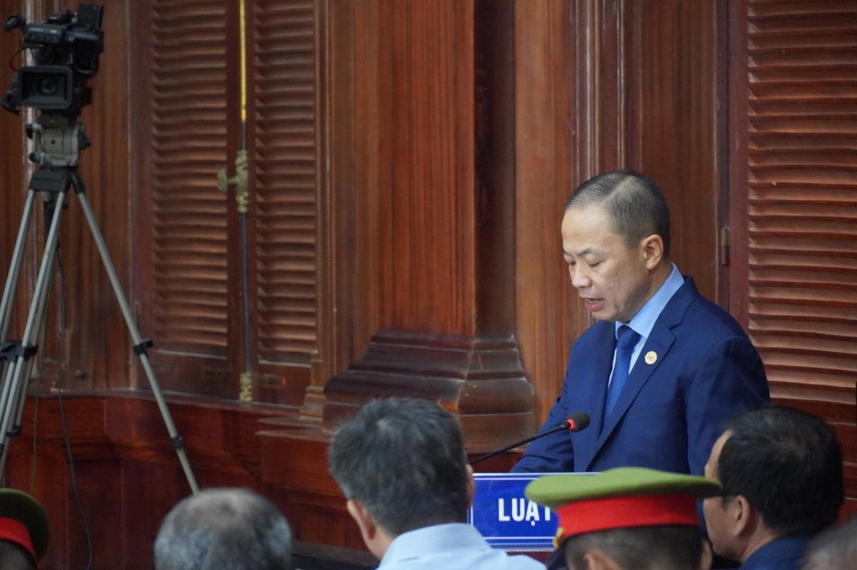 Luật sư Nguyễn Hữu Thế Trạch bào chữa cho bị cáo Lê Thị Thanh Thúy trình bày quan điểm.
