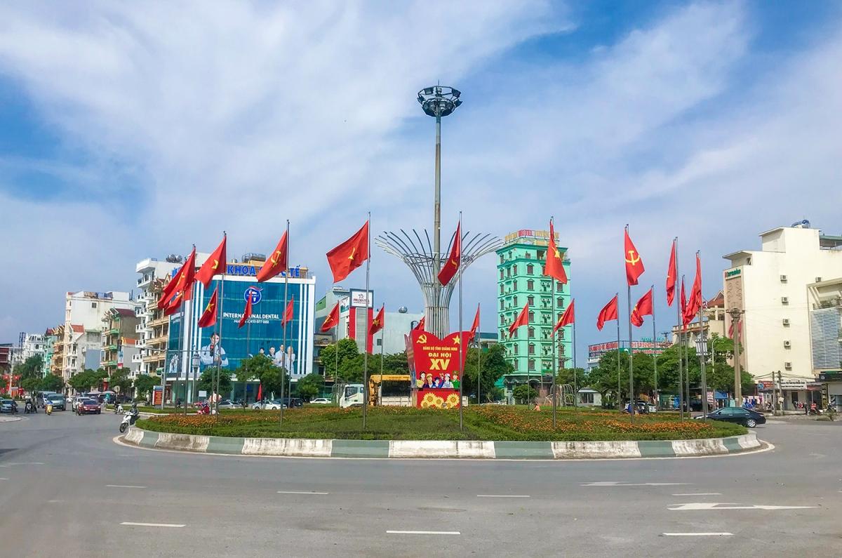 Nhiều tuyến đường, con phố tại Quảng Ninh rực rỡ cờ hoa chuẩn bị Đại hội Đảng bộ tỉnh.