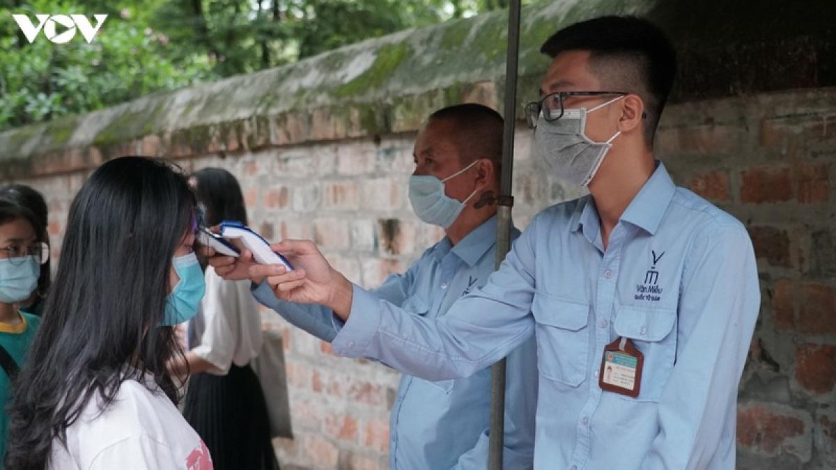 Thực hiện chỉ thị UBND TP Hà Nội về phòng chống dịch Covid-19 bùng phát trở lại, BQL Văn Miếu - Quốc Tử Giám đã bố trí nhân sự để đo thân nhiệt, rửa tay sát khuẩn cho du khách ngay trước cổng chính của khu di tích.