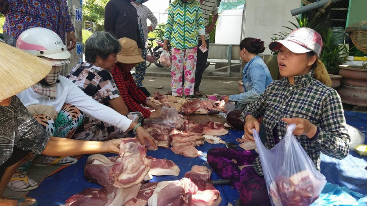 Người tiêu dùng ở tỉnh Tiền Giang mua thịt lợn vẫn ở mức cao.