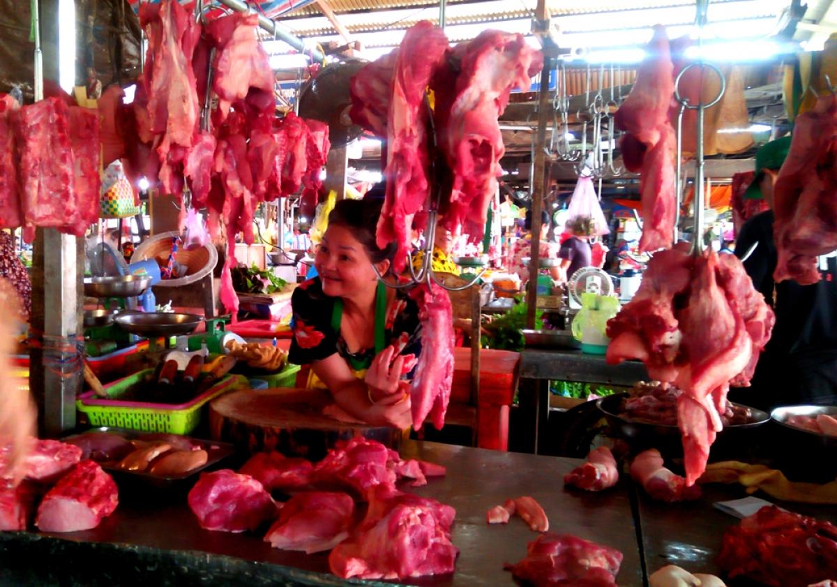 Các sạp thịt tại các chợ trên địa bàn thành phố Cần Thơ với nhiều mức giá khác nhau.