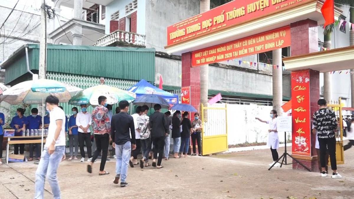 280 thí sinh tại điểm thi THPT Đình Lập, huyện Đình Lập, tỉnh Lạng Sơn đã hoàn thành các bài thi môn Ngữ văn và Toán trong ngày thi đầu tiên.