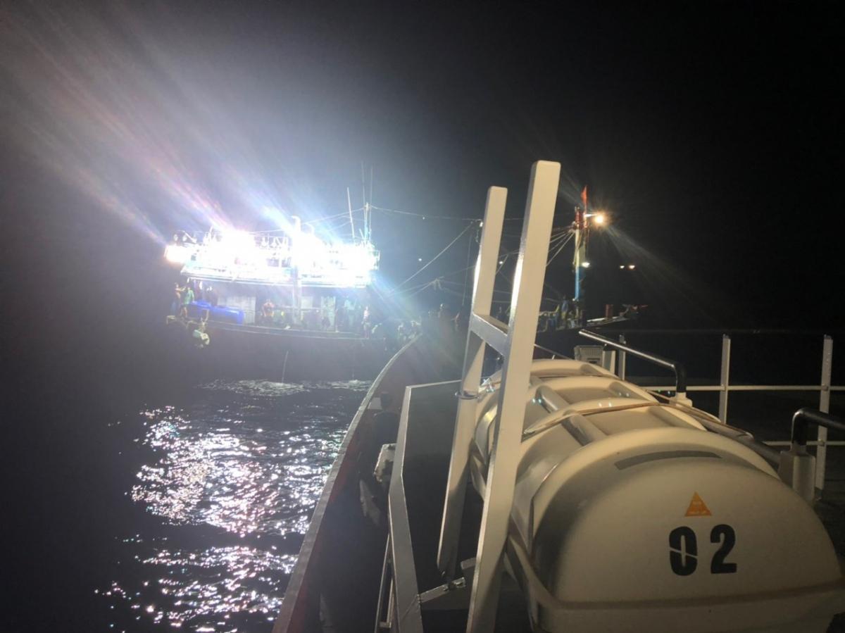 Lực lượng cứu nạn tiếp cận tàu bị thả trôi.