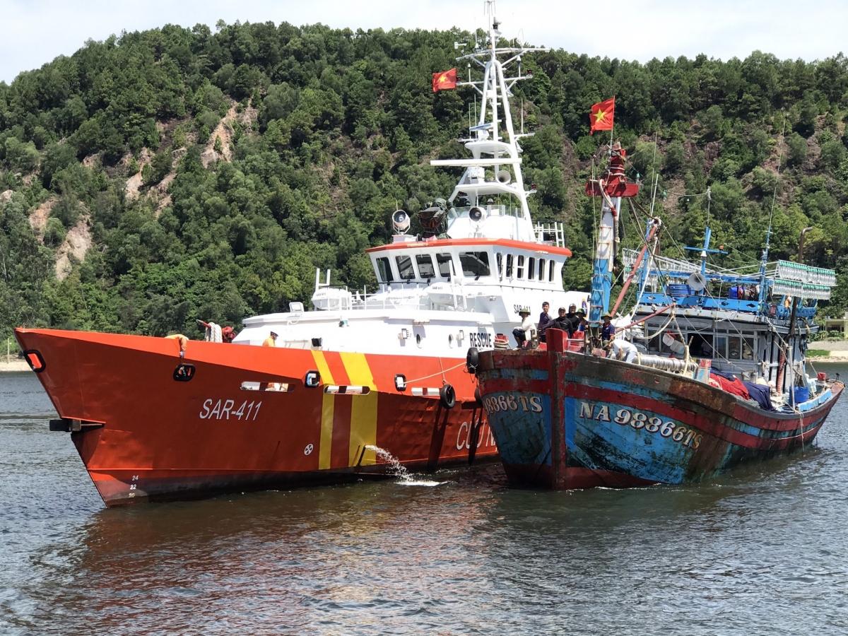 Tàu gặp nạn được đưa vào bờ.