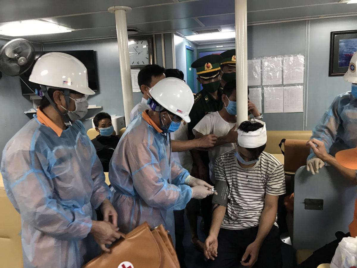 Các thuyền viên được chăm sóc Y tế trên biển.