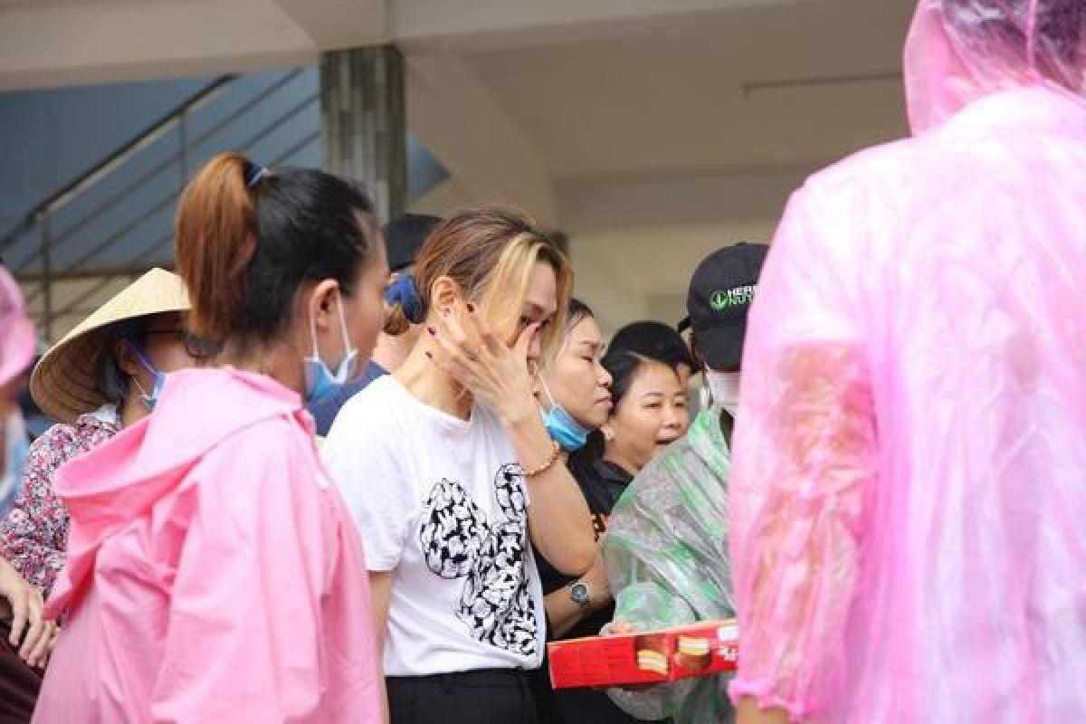 Nữ ca sĩ rơi nước mắt trước khó khăn của người dân miền Trung.