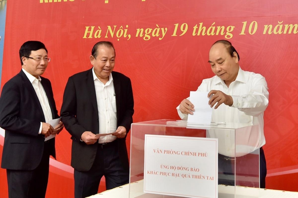 Thủ tướng Nguyễn Xuân Phúc và các Phó Thủ tướng Trương Hòa Bình, Phạm Bình Minh quyên góp ủng hộ đồng bào khắc phục hậu quả thiên tai. Ảnh: VGP/Nhật Bắc