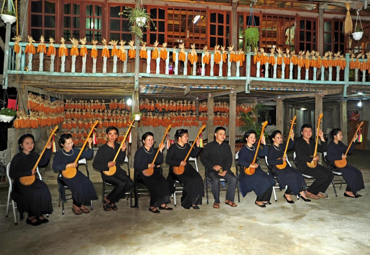 Đội văn nghệ biểu diễn những làn điệu Then, Sli, Lượn,… phục vụ du khách tại homestay.