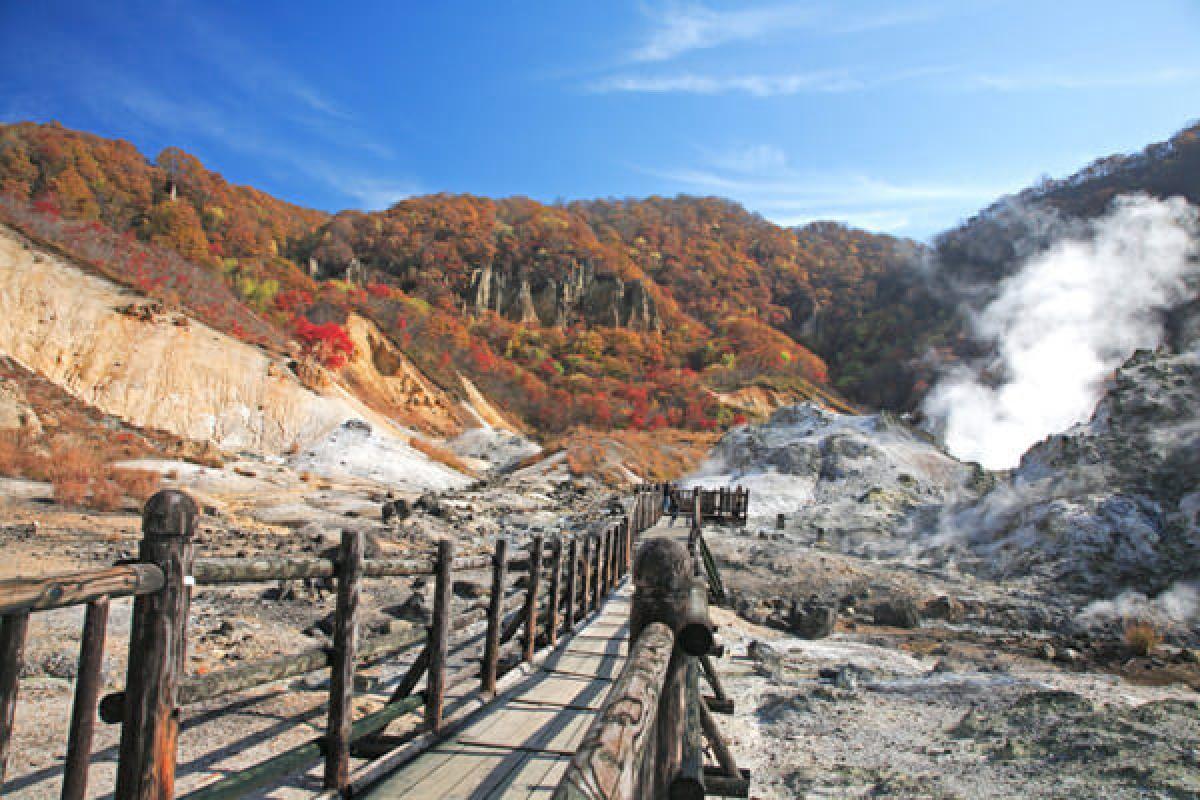 Suối nước nóng Noboribetsu là khu vực nổi tiếng nhất ở Hokkaido. Từ thành phố Sapporo, đi tàu khoảng 1 tiếng rưỡi là bạn có thể nhìn thấy suối nước nóng bốc khói nghi ngút. Một trong những lý do khiến suối nước nóng này đặc biệt bởi nơi đây hội tụ 9 loại suối nước nóng khác nhau./.