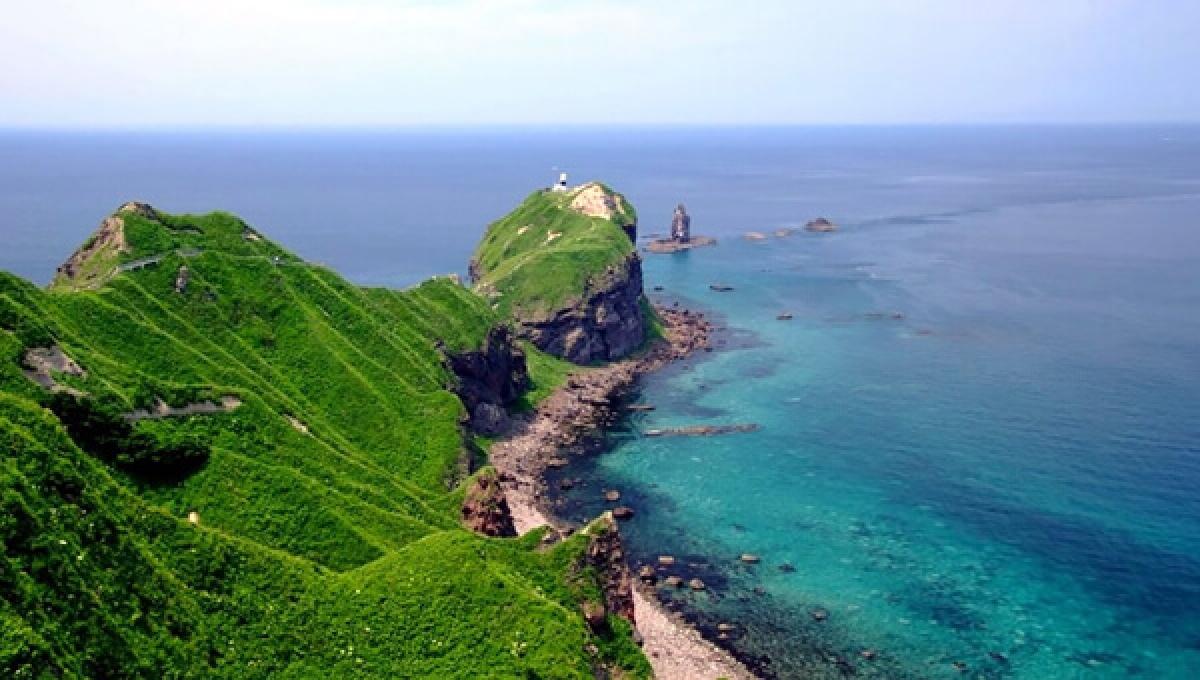Bán đảo Shakotan nằm ở phía Tây của Hokkaido và cách thành phố Otaru khoảng 2 tiếng đi xe. Biển ở đây xanh thẳm, những vách đá dốc đứng và những tảng đá hình thù kỳ dị. Thiên nhiên tươi đẹp, hải sản phong phú và không khí yên bình của bán đảo Shakotan lý tưởng cho mọi chuyến du lịch.