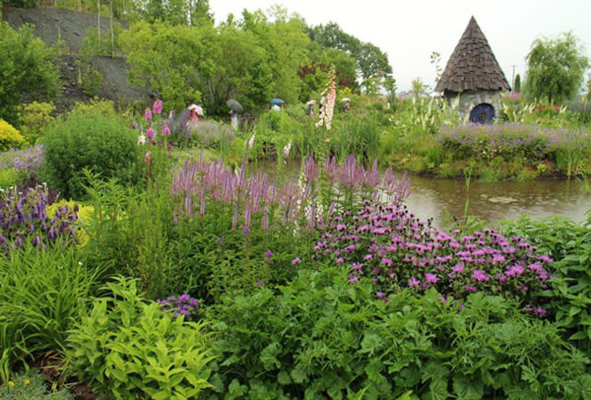 Nông trại Ueno là một khu vườn với gạch đỏ và các loài hoa đua nhau bung nở vào tất cả các mùa trong năm. Nếu bạn muốn chiêm ngưỡng những loài hoa quý hiếm khó tìm thấy ở khu vực Đông Á và khung cảnh hoa nở rực rỡ thì hãy lên ngọn núi ngay phía trước của nông trại. Ở đây cũng có các cửa hàng bán quà tặng là cây giống của các loài hoa.