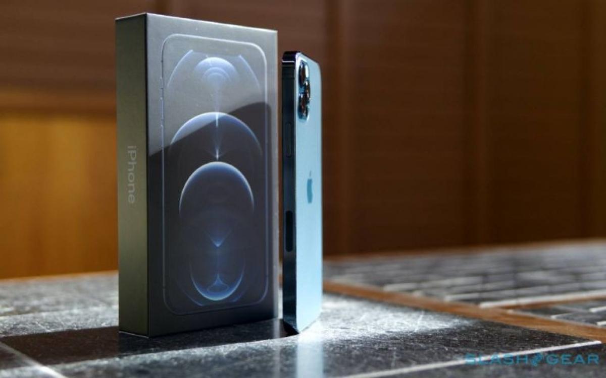 iPhone 12 và các mẫu iPhone mới của Apple khi phát hành sẽ không đi kèm củ sạc cũng như tai nghe trong hộp, vì vậy hộp đựng máy đã được thu gọn đáng kể.