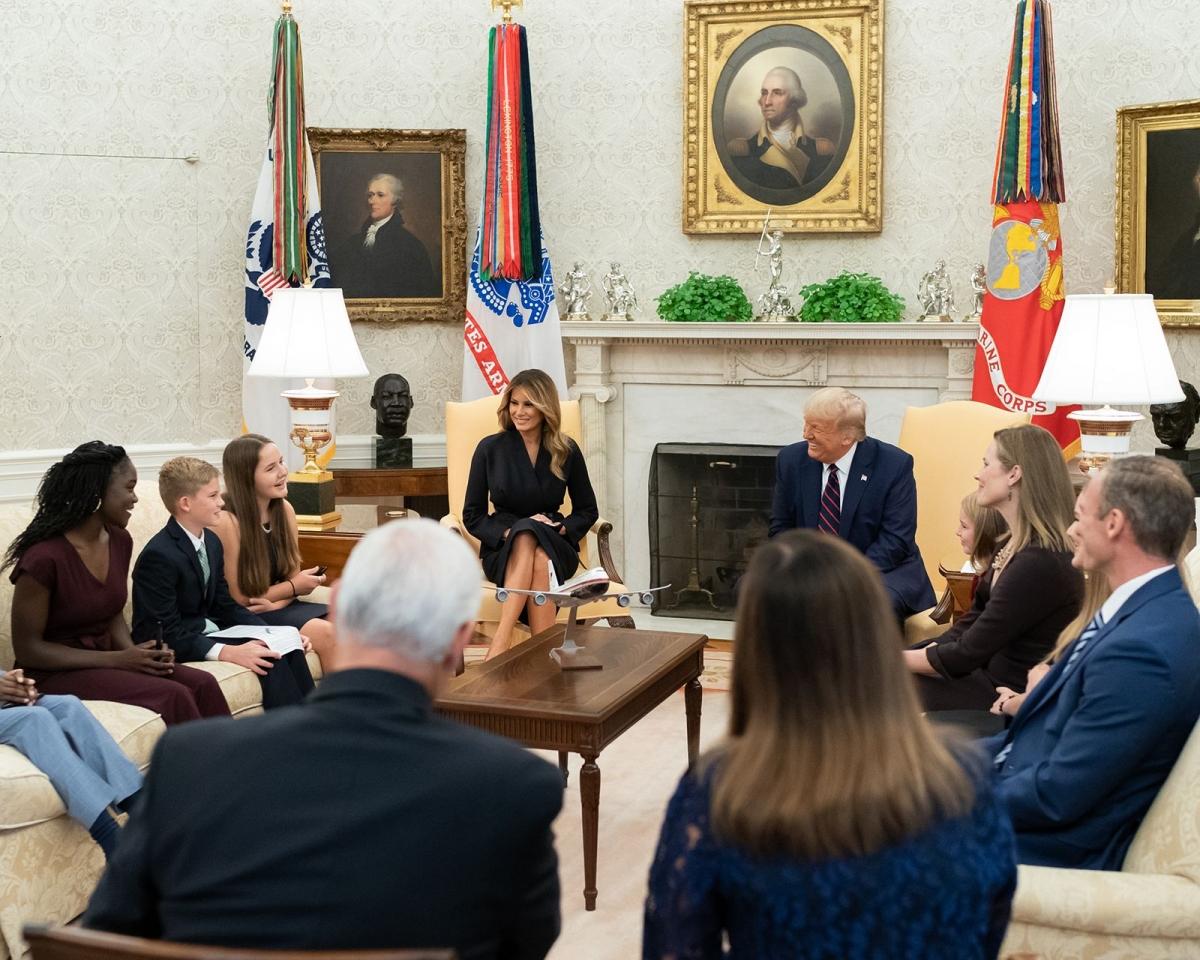 Tổng thống Trump và phu nhân Melania trò chuyện cùng các con của bà Barrett. Ảnh: Nhà Trắng.