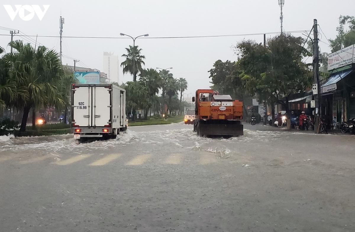 Mưa lớn cũng khiến nhiều khu vực tại các huyện Thăng Bình, Phú Ninh, và thành phố Tam Kỳ bị ngập. Đặc biệt, các tuyến đường giao thông ngập cục bộ khiến giao thông đi lại khó khăn.