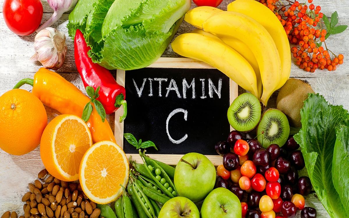 Thiếu vitamin C khiếnvết thương hở hoặc gãy xương lâu lành, chảy máu mũi và chảy máu lợi, khó tiêu, da xuất hiện các vết nám, tàn nhang, dễ bị cháy nắng.