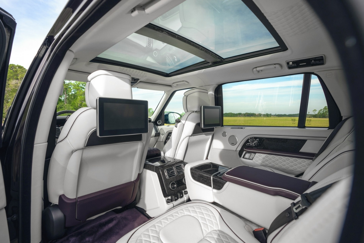 """Đó là một số tiền lớn nhưng phó Chủ tịch Overfinch Bắc Mỹ Alex Sloane cho biết thêm: """"Đây là một chiếc xe có thể mang lại cho bạn sự tự tin tuyệt đối về sự sang trọng và lịch lãm""""."""