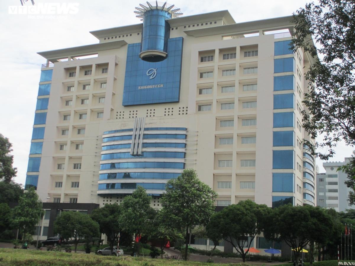 Tại Quận 12, Ngân hàng TMCP Sài Gòn (SCB) cũng vừa có thông báo đấu giá tài sản là quyền sử dụng đất và tài sản gắn liền với đất tại lô số 14, khu công viên phần mềm Quang Trung (phường Tân Chánh Hiệp, Quận 12). Khu đất có diện tích 5.646m2, được sử dụng để xây dựng Trường Kĩ thuật Tin học Sài Gòn (SaigonTech).